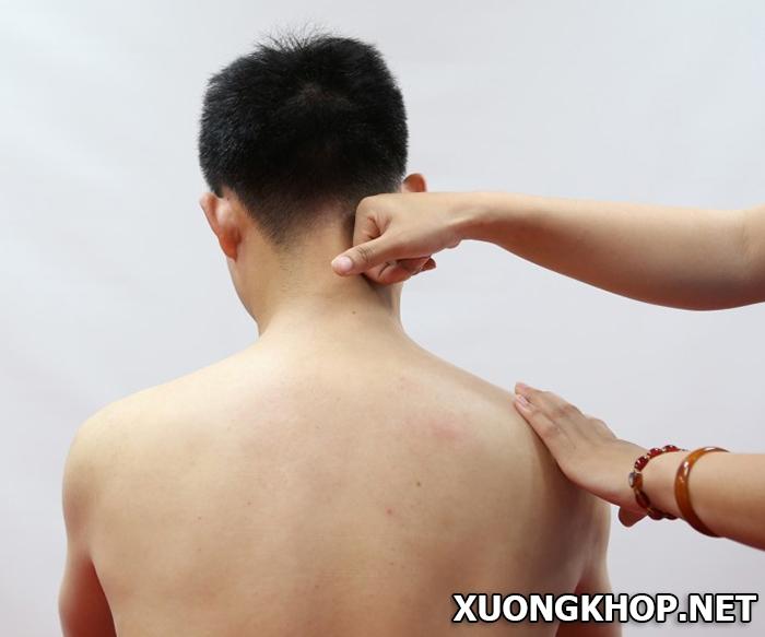 Học cách bấm huyệt, massage giúp người thân điều trị vôi hóa đốt sống cổ tại nhà hiệu quả 2