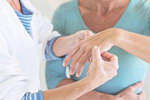 7 triệu chứng của bệnh viêm khớp mãn tính khiến bạn cần đi khám ngay