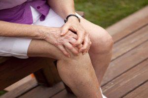 Bệnh viêm khớp ở người già là gì? Nguyên nhân của bệnh viêm khớp