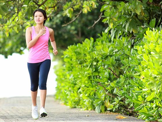 Người bị đau lưng có nên tập yoga và nên đi bộ hay không? 1