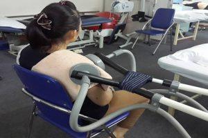 Có thể điều trị viêm quanh khớp vai trái bằng những cách nào?