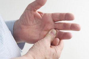 Nguyên nhân gây ra tình trạng cứng khớp và cách điều trị như thế nào?