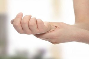 Viêm khớp cổ tay sau sinh – dấu hiệu thiếu vitamin trầm trọng